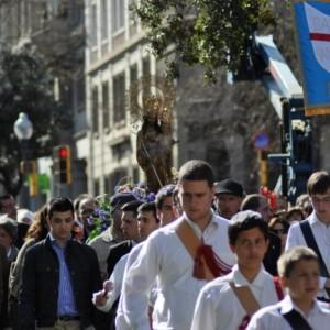 procesión de jóvenes católicos