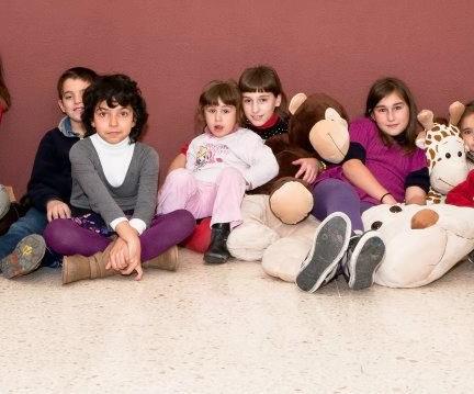 niños sentados en el suelo