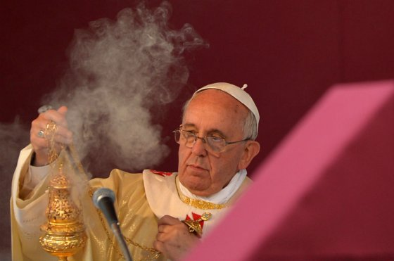 Papa Francisco con un incensario