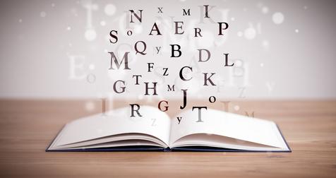 Libro abierto con letras volando, como vuelan los significados de las palbras