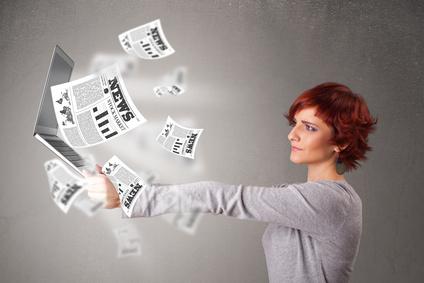 Mujer con un ordenador en la mano rechazando noticias