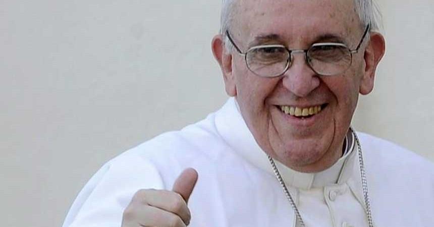 Papa Francisco mirando a cámara sonriente