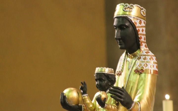 Imagen de la Virgen de Montserrat con el niño Jesús en su regazo