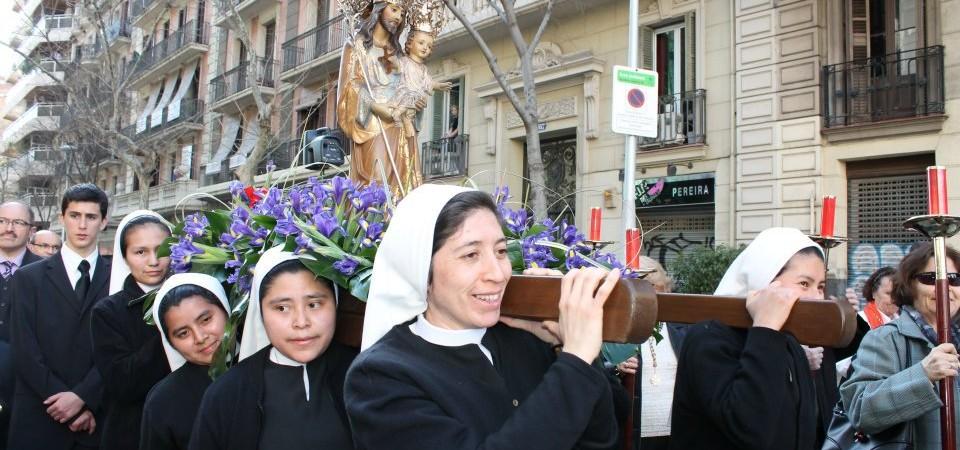 Novicias de la orden de Madres de Desamparados y San José de la Montaña en la procesión de San José de la Montaña en Barcelona