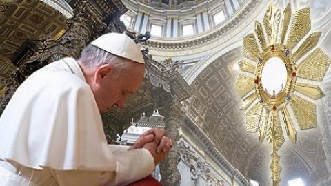 Montaje papa Francisco rezando con el Santísimo Sacramento