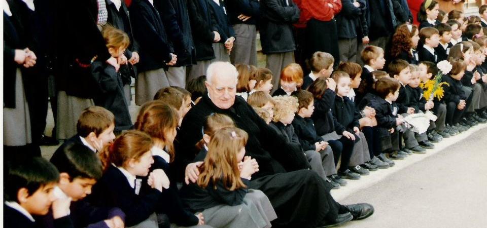 El padre alba aparece con un grupo de niños