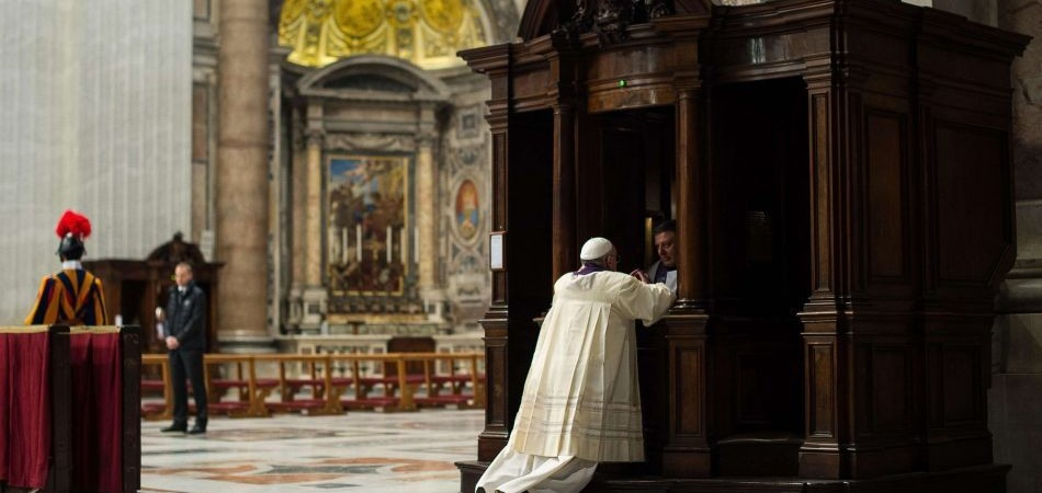 El Papa Francisco confesándose en San Pedro de Roma