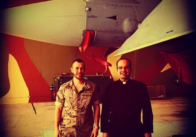 El P. Antonio María Domenech con un amigo, el apostolado del padre llega muy lejos.