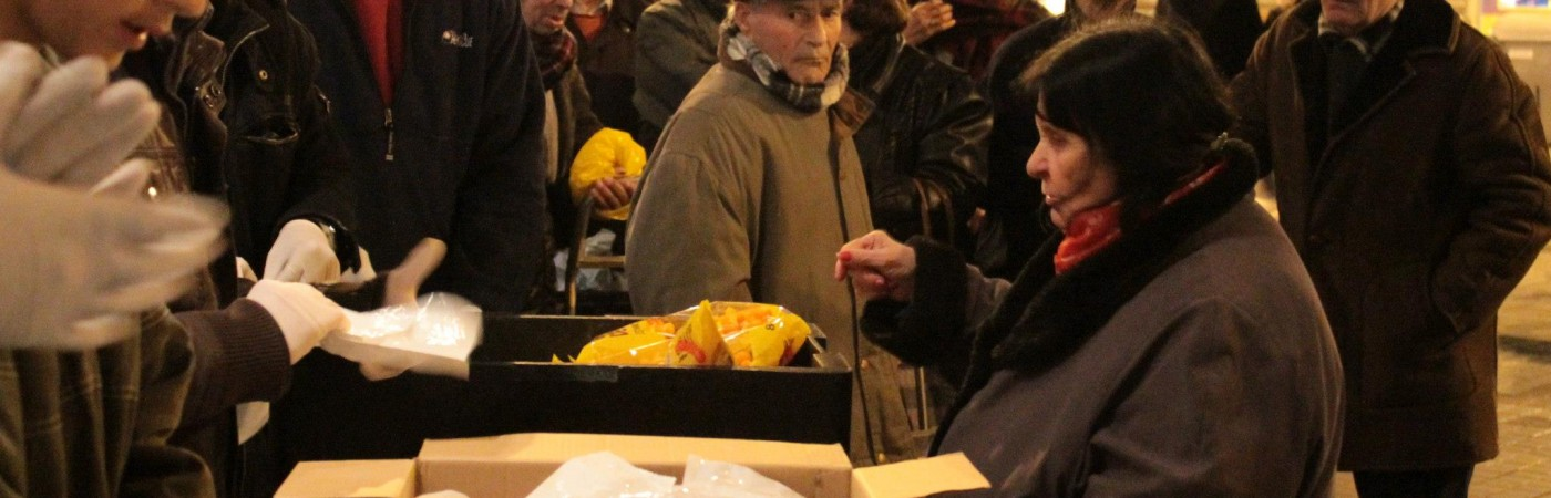 Grupo de hermanos repartiendo alimentos a las personas necesitadas de Barcelona