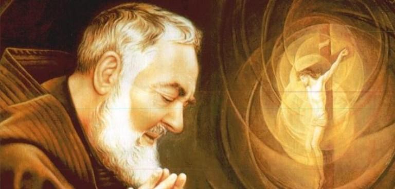San Pio de Pietrelcina y Cristo crucificado