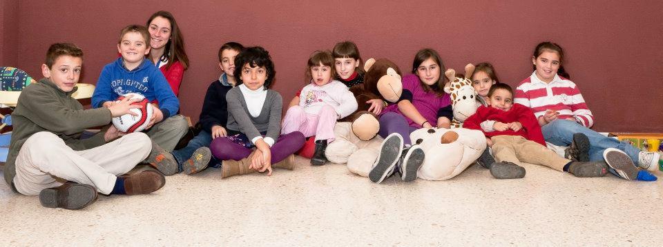 niños sentados